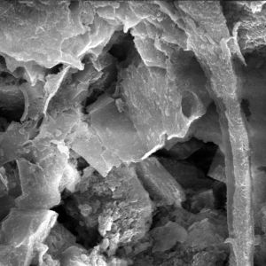 Kryształki sanidynu, czyli skalenia potasowego osadzonego w osnowie mikrokrystalicznej - zdjęcie z mikroskopu skaningowego. Fot. Fotolia