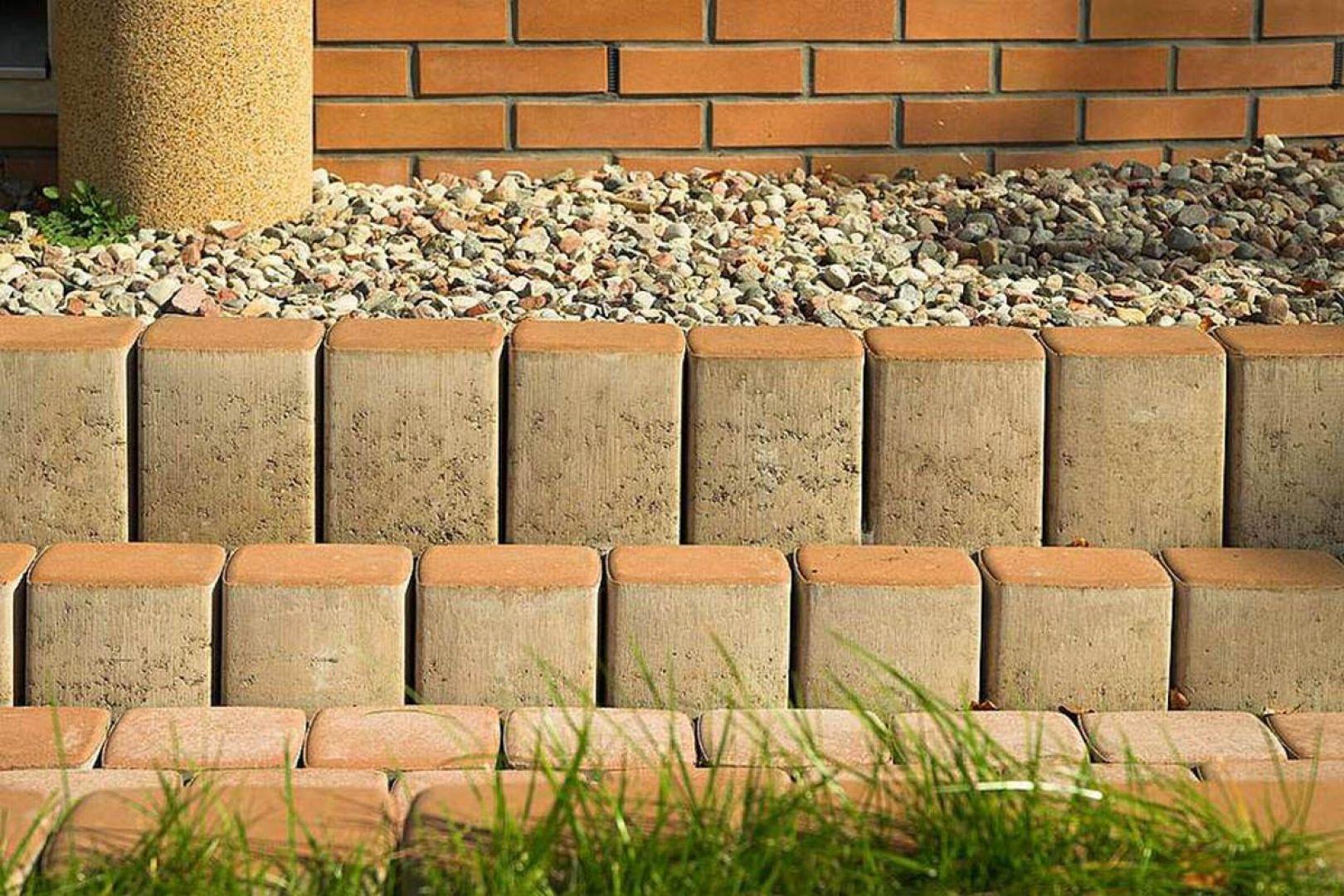 Palisady z kostki brukowej wykonuje się ze słupków, które mają wysokość 40 - 130 cm. Ich przekrój poprzeczny może być okrągły, kwadratowy, prostokątny, trójkątny. Fot. Buszrem
