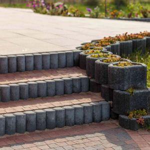 Najniższe oferowane elementy palisady możemy zastosować podczas wykańczania alejek i ścieżek. Fot. Buszrem