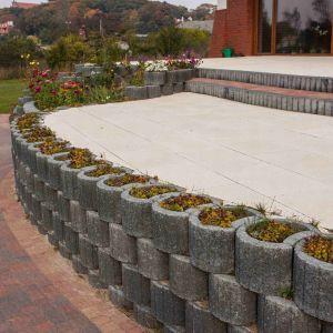 Obecnie najpopularniejszymi gazonami są prefabrykowane gotowe formy, wykonane z betonu. Fot. Buszrem