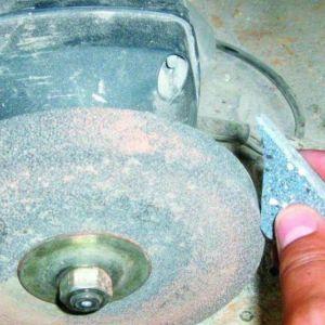 Do oszlifowania ranów elementów mozaiki używa się także szlifierki do kamienia. Fot. RENE Usługi Remontowo-Budowlane