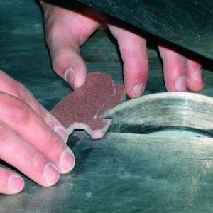 Precyzyjne wycinanie poszczególnych elementów odbywa się przy użyciu pilarki. Fot. RENE Usługi Remontowo-Budowlane