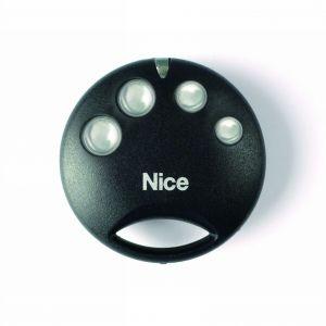 Pilot firmy Nice działający drogą radiową poza wieloma funkcjami charakteryzuje się prostymi kształtami i oszczędnością formy. System sterowania stworzony został z myślą o obsłudze bram wjazdowych oraz garażowych. Fot. Nice