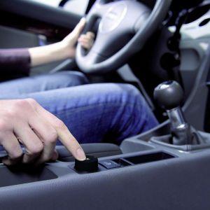 Szczególnie wygodną obsługę i łatwy dostęp do garażu zapewnia nadajnik umieszczony w otworze na zapalniczkę. Ten niewidoczny i zamontowany na stałe w samochodzie jedno – (HSZ 1) lub dwukanałowy nadajnik (HSZ 2) jest korzystną alternatywą dla drogich systemów homelink. Fot. Hörmann