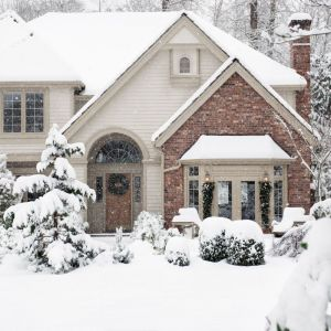 Zimowa aura za oknem wcale nie napawa optymizmem tych, którzy muszą odśnieżyć podjazd i podwórko. Fot. Shutterstock