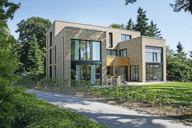 Trzypokoleniowy dom, i w dodatku miejsce pracy - taki projekt to prawdziwe wyzwanie dla architekta. Tu połączenie funkcjonalności i estetyki naprawdę nie jest łatwe.