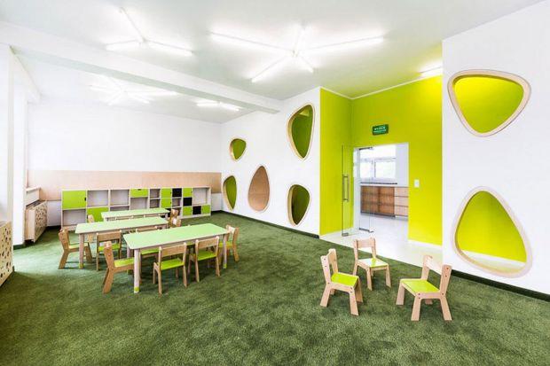 Wnętrza przeznaczone dla dzieci mogą być surowe, białe i modne, a malowanie bajkowych postaci na ścianach to chodzenie na skróty – przekonują projektanci. Oto przedszkola, które mają udowodnić, że da się znaleźć kompromis między oczekiwan