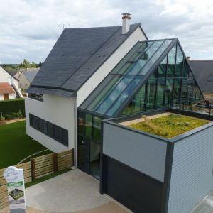 Produkcja energii w prezentowanym domu wynosi 61 kWh/m2· rok, natomiast zużycie energii= 39 kWh/m2· rok. Projekt: arch. Laure Levanneur, agence ARCHIfact, Fot. Thierry Mercier