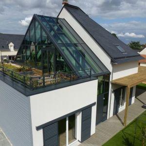 Dom składa się niejako z trzech brył, harmonijnie przenikających się. Projekt: arch. Laure Levanneur, agence ARCHIfact, Fot. Thierry Mercier