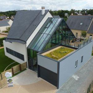 Dom nie tylko wykorzystuje energię dostępną w przyrodzie, ale pozwala także na oszczędności kosztów jej pozyskiwania. Projekt: arch. Laure Levanneur, agence ARCHIfact, Fot. Thierry Mercier