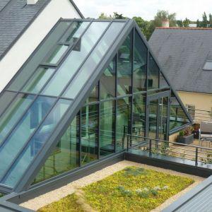 Taras i zielony dach to dodatkowe atuty domu. Projekt: arch. Laure Levanneur, agence ARCHIfact, Fot. Thierry Mercier