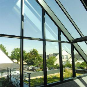 """Przeszklona część budynku """"zbiera"""" energię słoneczną i zapewnia dopływ światła dziennego do wnętrz. Projekt: arch. Laure Levanneur, agence ARCHIfact, Fot. Thierry Mercier"""