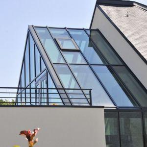 Tak duże przeszklenia w domu pozyskującym energię są możliwe dzięki zastosowaniu specjalnego szkła i metod jego łączenia. Projekt: arch. Laure Levanneur, agence ARCHIfact, Fot. Thierry Mercier