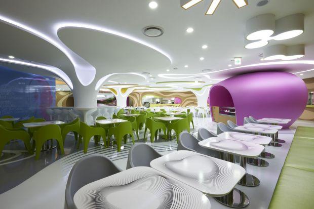 """Wnętrze restauracji Lotte Amoje w Seulu zostało oparte na charakterystycznychpunktach przestrzennych – specjalnych """"organicznych wyspach"""", które są miejscem spotkań i zapewniają intymną przestrzeń do rozmów i jedzenia."""