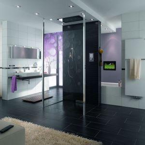 Nowoczesny design paneli sterujących pozwala na dyskretne wkomponowanie ich w każdym wnętrzu, nawet w łazience. Fot. Jung