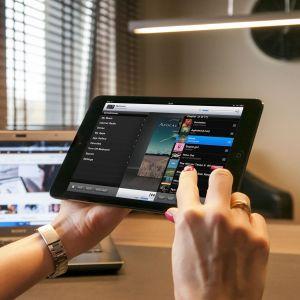 Panel kontrolny to urządzenie łączące wyrafinowanie techniczne i elegancką formę. Łączy sterowanie urządzeniami domowymi z zaletami centrum rozrywkowo-informacyjnego. Panel kontrolny Inlogic. Fot. Inlogic