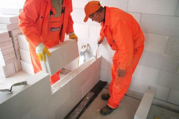 Bloczki z betonu komórkowego to wdzięczny budulec do wznoszenia lekkich ścian działowych. Niewielka masa, duże wymiary, ograniczona liczba spoin, prostota obróbki oraz stosunkowo niska cena sprawiają, że z materiału tego buduje się szybko, łatw