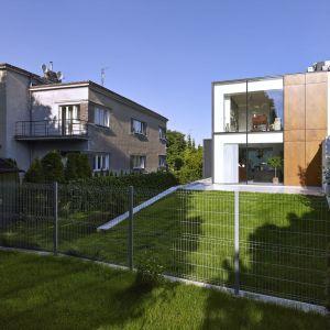 Dom nawiązuje kształtem do sąsiadujących budynków, ale jego nowoczesna elewacja zdecydowanie wyróżnia go spośród nich. Fot. Jeremi Buczkowski