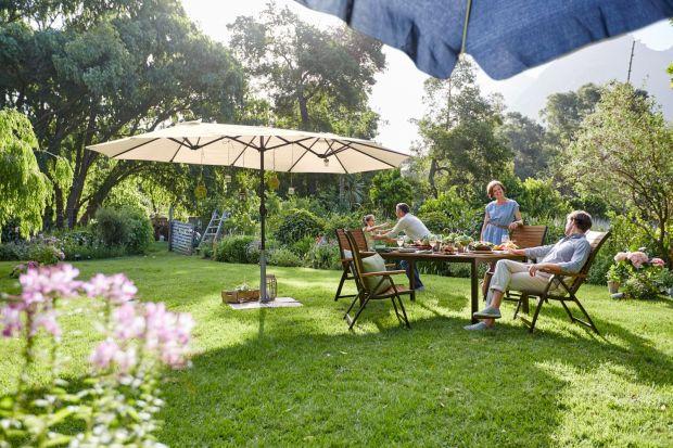 W czasie odpoczynku w ogrodzie nie możemy zapomnieć o zorganizowaniu zacienionego miejsca, które będzie szczególnie nieodzowne w czasie gorących letnich dni. Zobaczcie piękne aranżacje ogrodowe, w których nie zabrakło praktycznych parasoli, pawi