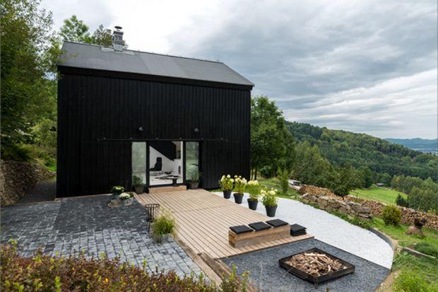 """Jak ze starej stodoły zrobić dom? Najprościej ją zburzyć i na jej miejscu zbudować nowy budynek. Architekci z czeskiego biura oooox nie poszli jednak na łatwiznę i starali się zachować jak najwięcej z """"zabytkowej"""" stodoły. Efekt moż"""