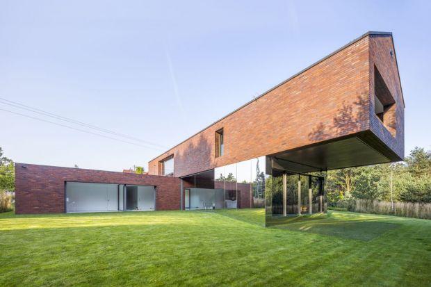 Dom jednorodzinny, w którym parter jest spójną częścią otaczającego ogrodu powstał w Katowicach. Jest odpowiedzią na trend w architekturze dążący do naturalnej łączności z naturą. Bryła domu i materiały nawiązują do lokalnej tradycji �