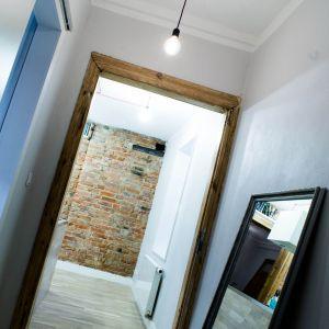 W środku zachowały się dwie oryginalne drewniane ościeżnice drzwi wewnętrznych.