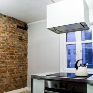 Wszystkie elementy miały być możliwie proste. Jasna drewniana podłoga, ściany w kolorze delikatnej szarości i białe sufity.