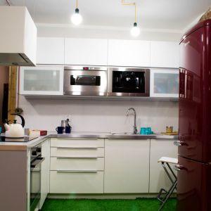 Podłoga w kuchni zyskała nietypowy kształt - jest wykończona sztuczną trawą.