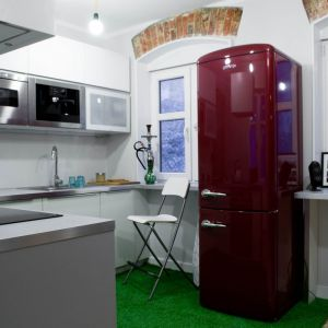 Kuchnia jest miejscem centralnym - tu toczy się życie towarzyskie. Została wyposażona w nowoczesne meble i urządzenia AGD, które harmonijnie korespondują z industrialnym charakterem wnętrza.