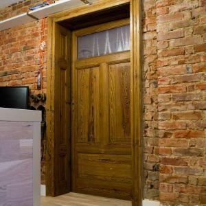 Masywne ościeżnice drzwi były nieco sfatygowane, ale ciągle piękne. Nadal stanowią niezaprzeczalna ozdobę sama w sobie.