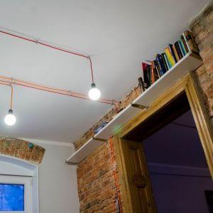 Właścicielowi mieszkania zależało na pozostawieniu i wyeksponowaniu jak największej ilości historycznych już detali architektonicznych.