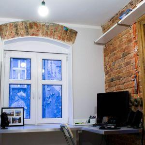 Jednym z najciekawszych elementów są ceglane nadproża nad oknami - pozostawione w oryginalnej formie. Okna zostały wcześniej wymienione przez właściciela kamienicy.