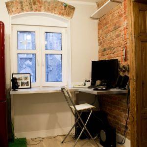 Podczas remontu odsłonięto surową cegłę i celowo ją pozostawiono - doskonale koresponduje z okiennymi nadprożami.