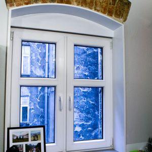Okna starej kamienicy przekryte są ceglanymi nadprożami w formie łuków, które po oczyszczeniu z tynku postanowiono pozostawić.