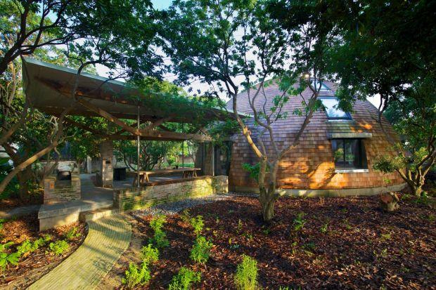 Timothy Oulton, założyciel brytyjskiej marki meblowej, stworzył dla swoich projektantów przebywających w Chinach niezwykłe osiedle. Dome Home to przestrzeń, gdzie jego pracownicy mogą współdziałaćw inspirujących i komfortowych wnętrzach. G