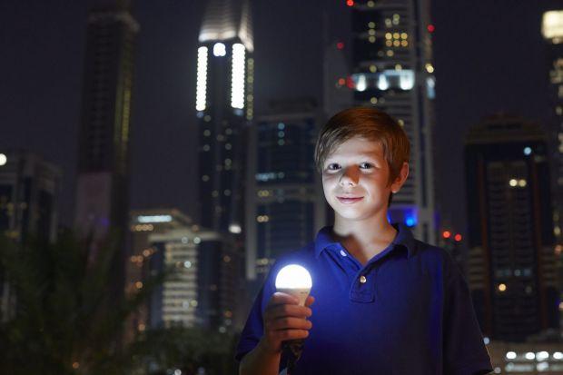 Wymiana tradycyjnych żarówek wolframowych na energooszczędne źródła światła pozwoli na znaczne zmniejszenie rachunków za energię elektryczną. Dalsze oszczędności zapewni zmiana w aranżacji pomieszczeń i systemy sterujące oświetleniem.