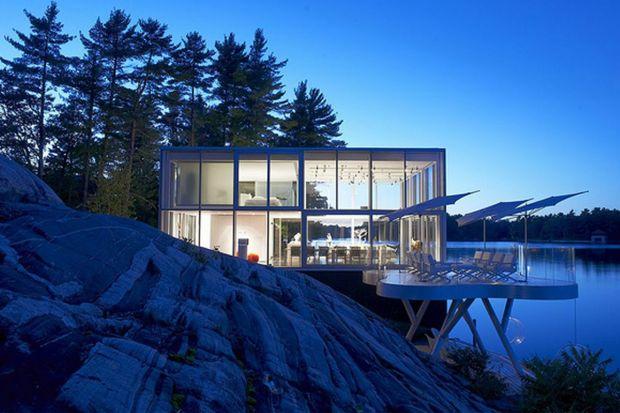Dom ze szkła nad jeziorem. Zobacz niezwykły projekt z Kanady