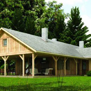 Taras w postaci werandy - idealnie dopasowany do małego drewnianego domu. Proj. N5 – drewniany z dużą werandą, Fot. S&O Projekty Sylwii Strzeleckiej