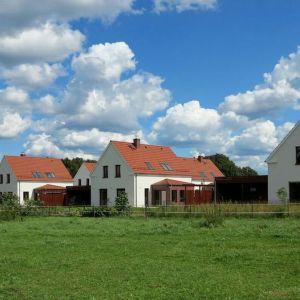 Domy wykończono tradycyjnie - białym tynkiem i czerwona dachówką ceramiczną.