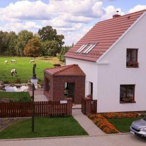 Jednym z najbardziej wyróżniających się detali dla śląskiego budownictwa, szczególnie na Opolszczyźnie, jest charakterystyczny gzyms przechodzący ze strony frontowej na stronę szczytową domu.