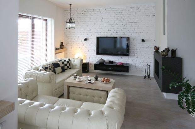 Ściany wykończone cegłą sprawdzą się w tradycyjnym, jak również nowoczesnym loftowym wnętrzu. Możemy w ten sposób udekorować całą ścianę lub wybrany jej fragment. Do tego typu dekoracji możemy zastosować surową odkrytą cegłę, materia
