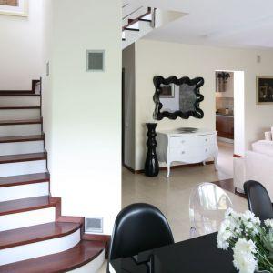 Decyzję o lokalizacji schodów trzeba podjąć już na etapie projektu domu. Ich wykończenie możemy wykonać w późniejszym etapie. Proj. Piotr Stanisz, Fot. Bartosz Jarosz