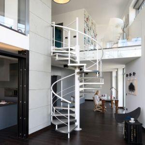 Metalowe schody spiralne piętnie tu wyeksponowano. Ich lekka konstrukcja dobrze koresponduje z przeszkolonymi balustradami antresoli. Proj. Justyna Smolec, Fot. Bartosz Jarosz