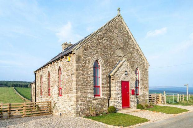 Chcieliśmy stworzyć nowoczesną przestrzeń, która nawiązuje do tradycji tego miejsca - mówi architekt Paul King, główny pomysłodawca przekształcenia starego, gotyckiego kościoła w piękny wiejski dom.