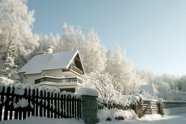Zanim spadnie pierwszy śnieg a mrozy zniechęcą nas do prac wokół domu, warto sprawdzić, w jakiej kondycji znajduje się dach twojego domu. Listopad to ostatni moment, by zdążyć z ewentualnymi pracami konserwacyjnymi.