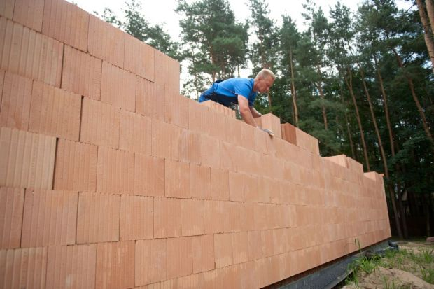 Murowanie podczas lekkich mrozów i przy pogarszającej się pogodzie też jest możliwe. Warunkiem jest zastosowanie odpowiednich materiałów budowlanych.