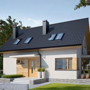 Projekt domu Lila Economic to ciekawe połączenie klasycznej formy z nowoczesnym designem. Prosty kształt bryły urozmaicają pomysłowe zadaszenia nad strefą wejściową oraz nad tarasem. Fot. Pracownia Projektowa Archipelag