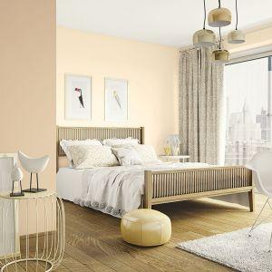 Truflowy brąz i ogrodowe dalie to odcienie farb dedykowane sypialni urządzonej w beżach i brązach.