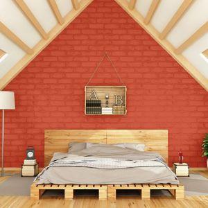 """Śnieżnobiały odcień warto uzupełnić soczystą barwą """"dotyk południa"""". Cegła na ścianie w tym odcieniu prezentuje się niezwykle energetycznie w sypialni na poddaszu."""