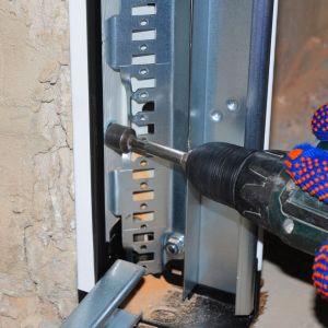 Po wstępnym uruchomieniu bramy należy jeszcze ustawić odpowiedni naciąg sprężyn. Ostatni etap to montaż wyposażenia: klamek, rygli antywłamaniowych oraz, jeśli brama jest w niego wyposażona, mechanizmu automatycznego napędu. Fot. Dobry Montaż,  Związek Polskie Okna i Drzwi